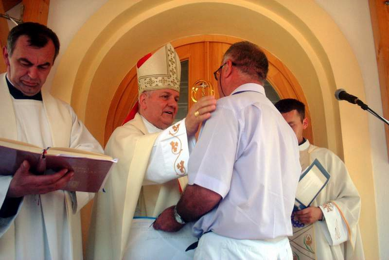 Gospodin Radomira Kneževića glavni izvođač radova predaje biskupu mons. dr. Franji Komarici ključeve Crkve Rođenja Blažene Djevice Marije