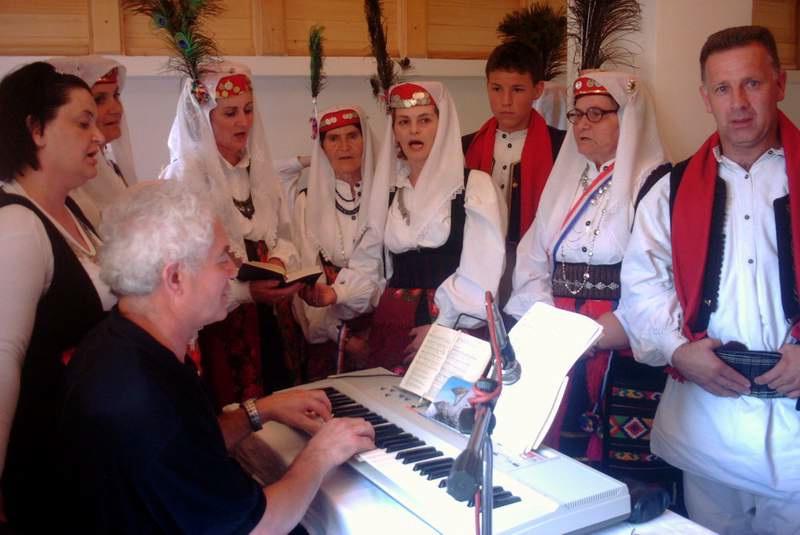 Pjevači s fra Dragom Ljevar pjevali su na misi otvora i posveta crkve u Sasini