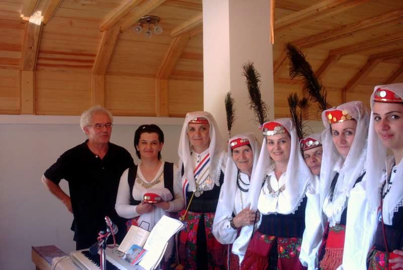 Fra Drago Ljevar s pjevačima iz župe Lištane (Odžak - Čajići kod Livna). Njih je doveo naš stari dragi prijatelj i župnik vel. Adolf Višaticki