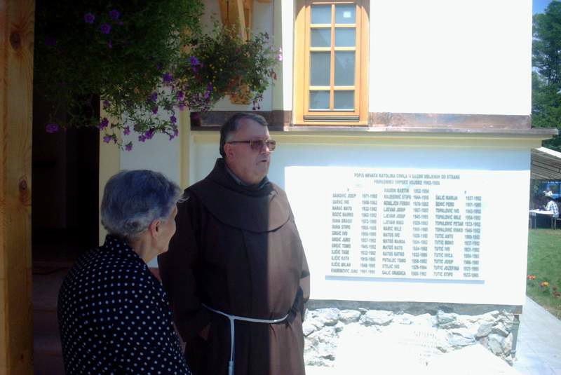 Jela i fra Dujo Ljevar pričaju o prošlim događajima pred spomen pločama