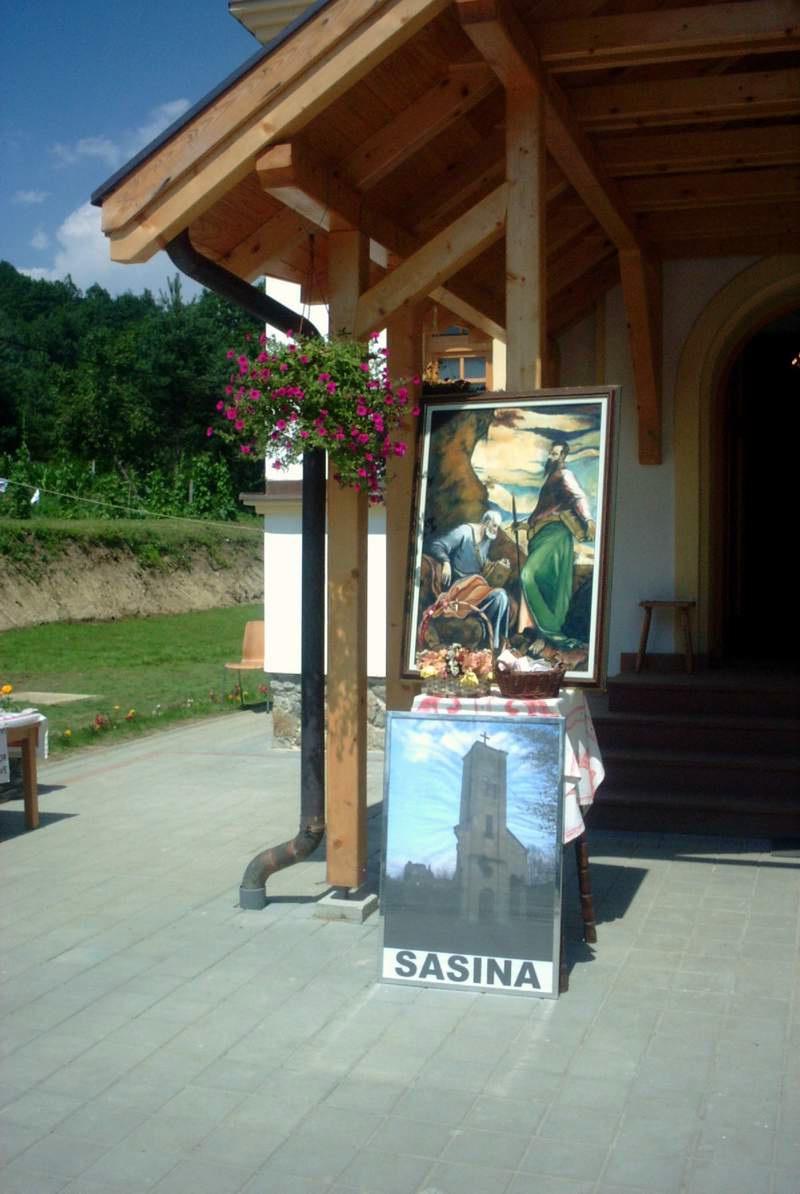 Sv. Petar i Pavo suzaštitnici župe Sasina i fotografija zvonika minirane crkve
